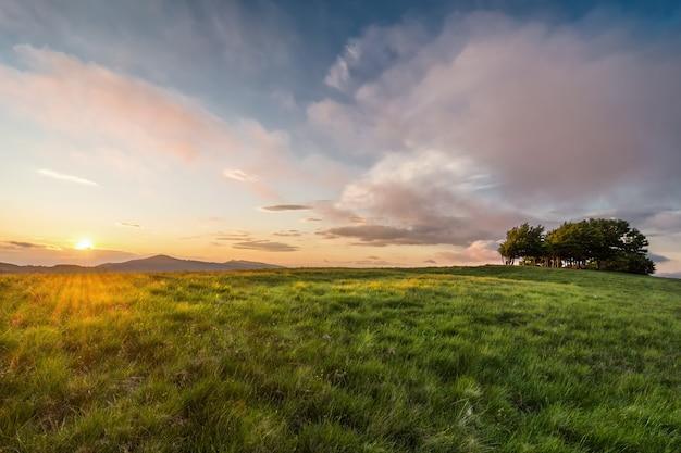 Der gipfel des monte pratomagno in der toskana bei sonnenuntergang (italien). ein besonderer berg, dessen höhepunkt aus einer großen rasenfläche mit wenig vegetation besteht.