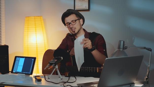 Der gitarrist ist unzufrieden damit, dass sein freund das instrument spielt und seinen fehler in noten zeigt