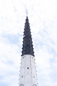 Der glockenturm der kirche saint-etienne in ars-en-re, frankreich