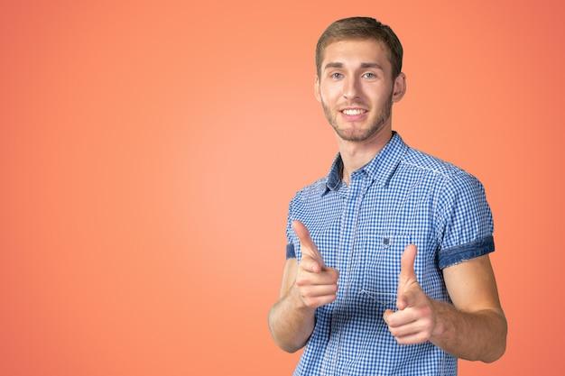 Der glückliche junge mann, der daumen gibt, up zeichen