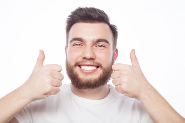 Der glückliche mann, der daumen gibt, up zeichen