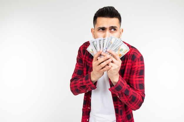 Der glückliche mann gewann die lotterie und erhielt geld für einen weißen