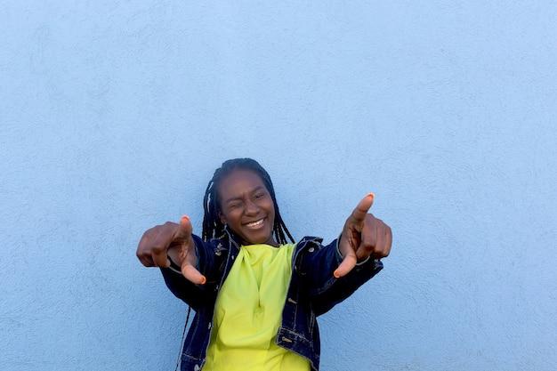 Der glückliche und schöne afroamerikaner taucht bei ihnen auf
