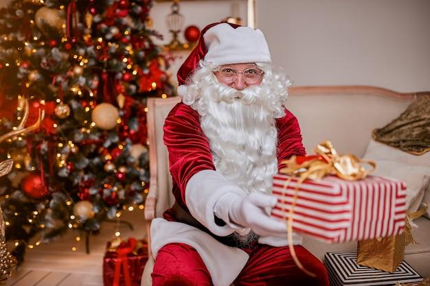 Der glückliche weihnachtsmann brachte den kindern geschenke. neues jahr und frohe weihnachten-feiertagskonzept