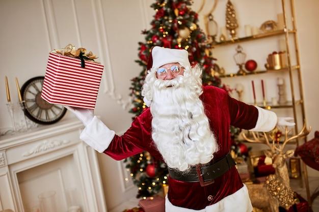 Der glückliche weihnachtsmann brachte kindern geschenke. frohe weihnachten feiertagskonzept