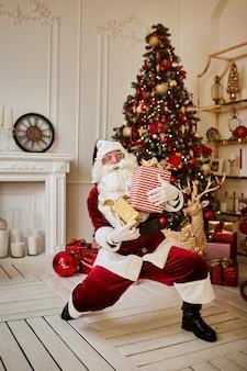 Der glückliche weihnachtsmann brachte kindern geschenke.