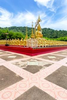 Der goldene buddha mit der statue eines 1250-jüngers im buddhistischen gedenkpark makha bucha wurde anlässlich der großen zeit erbaut