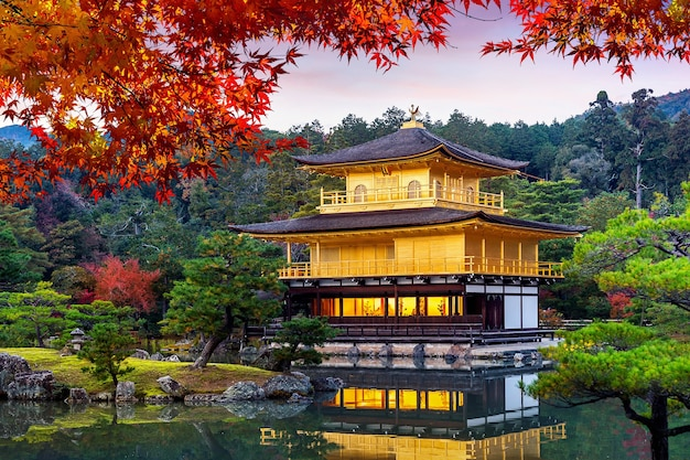 Der goldene pavillon. kinkakuji-tempel im herbst, kyoto in japan.
