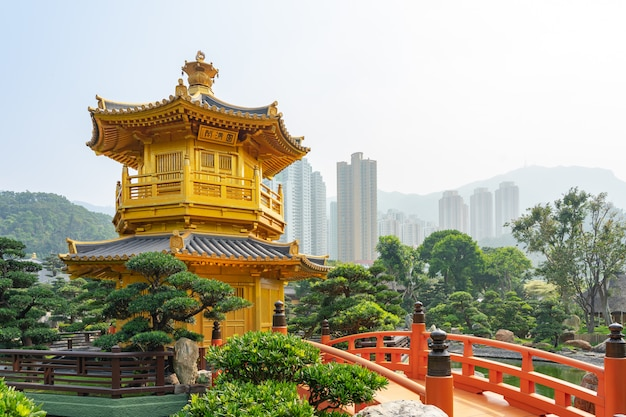 Der goldene pavillon und die goldbrücke in nan lian garden nahe chi lin nunnery.