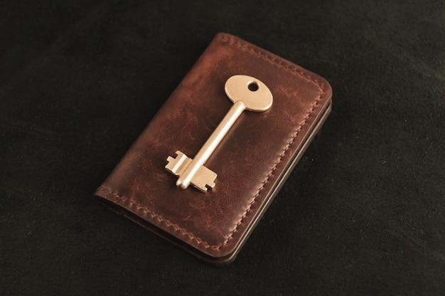 Der goldene schlüssel ist auf dem alten portemonnaie