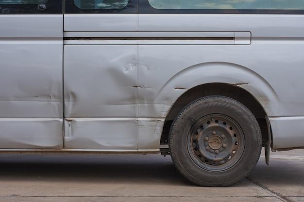 Der graue van hat flecken, aber nicht viel zusammengebrochen.