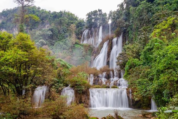 Der größte und schönste wasserfall in thailand namens thi lor su befindet sich in der provinz tak,