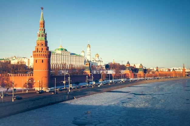Der großartige kreml-palast und die kremlmauer