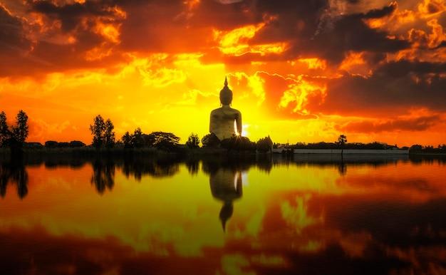 Der große goldene buddha auf sonnenaufgang bei wat muang, ang thong, thailand