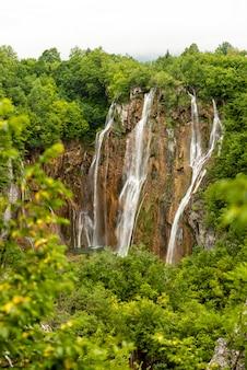 Der große wasserfall im nationalpark plitvicer seen in kroatien