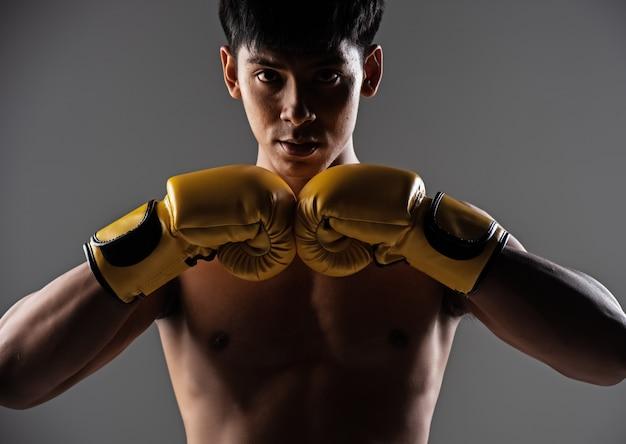 Der gutaussehende mann mit dem gelben fausthandschuh