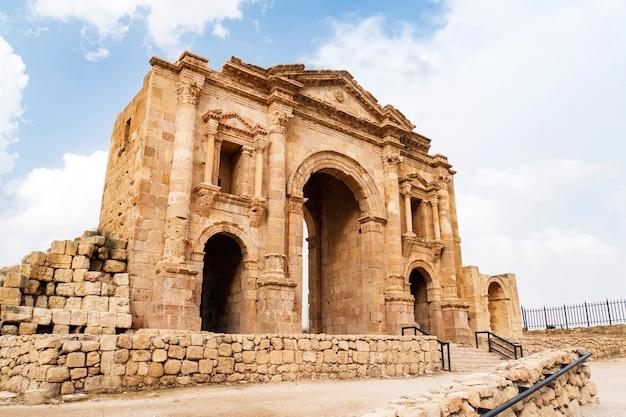 Der hadriansbogen in jerash, jordanien, ist ein 11 meter hohes dreibogiges tor, das zu ehren des besuchs des römischen kaisers hadrian in der stadt im winter 129-130 errichtet wurde.