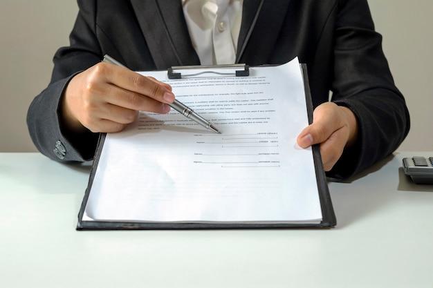 Der händler sendet dem kunden ein genehmigtes hypothekenantragsformular