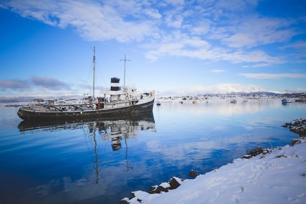 Der hafen von ushuaia im winter.