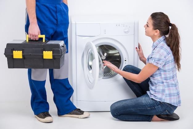 Der handwerker kam, um eine waschmaschine zu reparieren.