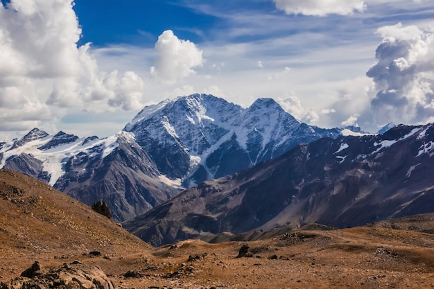Der hauptkaukasus, der berg donguzorun und der gletscher sieben mit dem berg elbrus