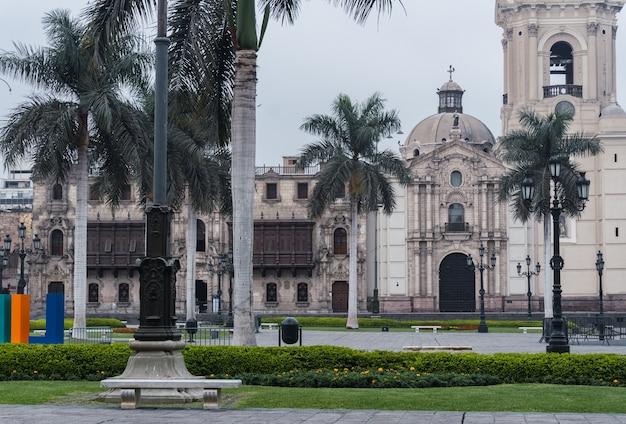 Der hauptplatz von lima ist während der pandemie leer, blick auf die kathedrale von lima, den palast des erzbischofs, palmen auf dem hauptplatz