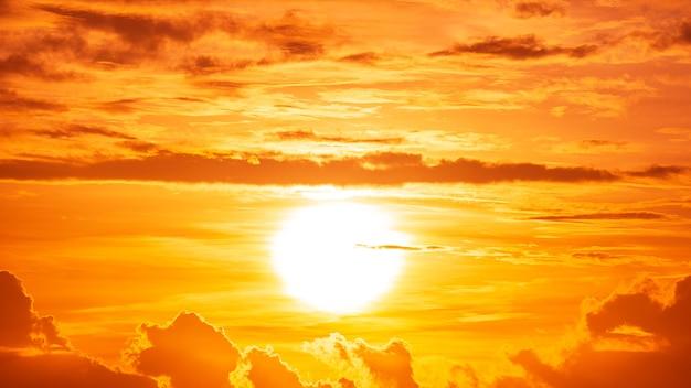 Der helligkeitssonnenaufgang und die wolken am orangefarbenen himmel, goldenes stundenbild der natur.