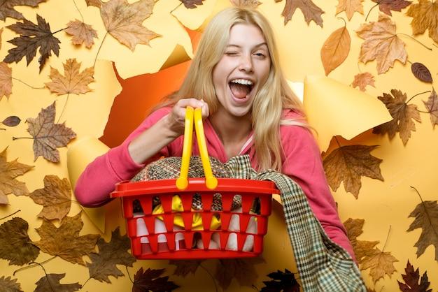 Der herbst ist eine schöne und farbenfrohe jahreszeit. glückliches lächelndes herbstpaar. herbstkleidung. einkaufen am schwarzen freitag. glückliche familie im herbst