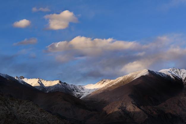 Der himaraya berg mit blauem himmel