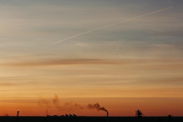 Der himmel bei sonnenaufgang. silhouetten von strukturen.