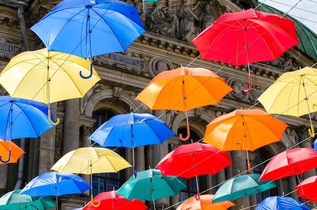 Der himmel der bunten regenschirme. straße mit sonnenschirmen.