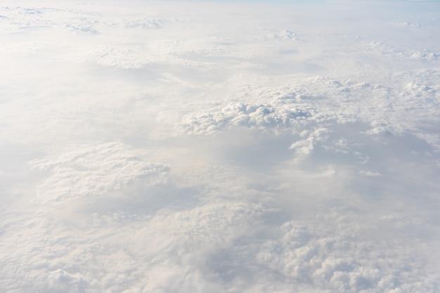 Der himmel ist hellblau. da schweben wolken durch. fühlen sie sich beim schauen entspannt.