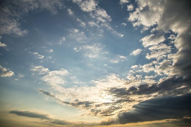 Der himmel mit der morgendämmerung