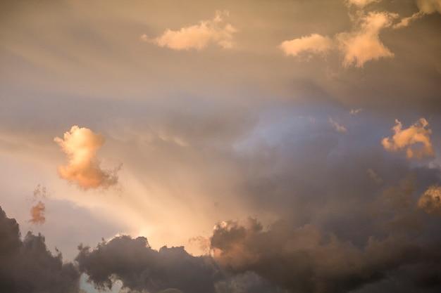 Der himmel nach einem sommerwetter orange cumuluswolken. sonnenuntergang. thunder sky