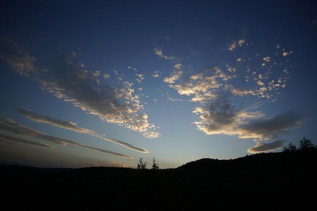 Der himmel nach sonnenuntergang mit wolke