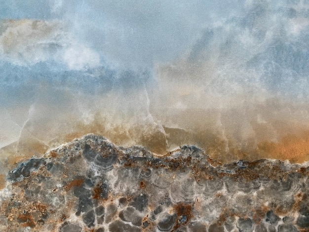 Der hintergrund besteht aus marmor mit blau-grau- und brauntönen die textur von marmor
