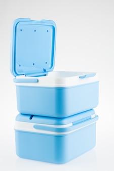 Der hintergrund der blauen eisbox ist weiß