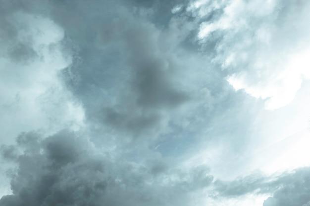 Der hintergrund des himmels mit regenwolken