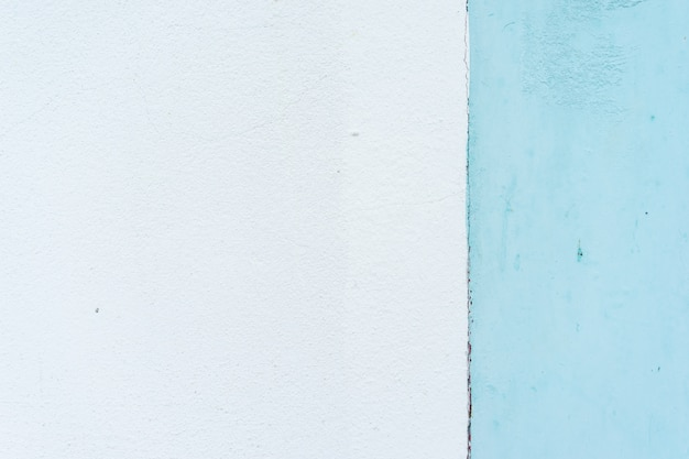 Der hintergrund des pastellblauen putzes ist auffällig, schön und schlicht.