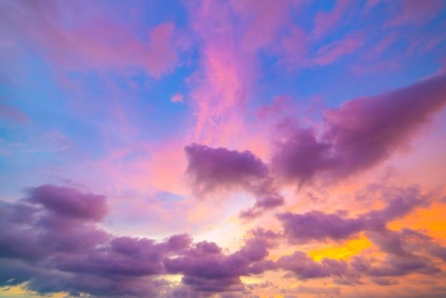 Der hintergrund des schönen sonnenuntergangs oder des sonnenaufganghimmels bunt des himmels dramatischer sonnenuntergang und der sonnenaufganglandschaft landschaft.