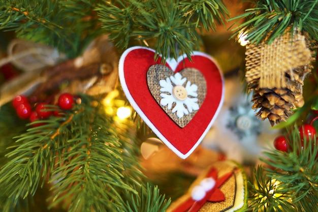 Der hintergrund jedoch unscharf weihnachtsbaum