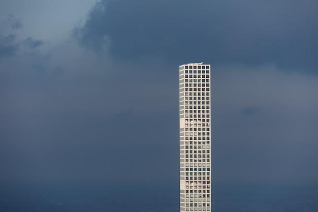 Der höchste wolkenkratzer der welt in manhattan, new york city. seine höhe - ca. 426 meter, 96 stockwerke und 104 wohnungen.