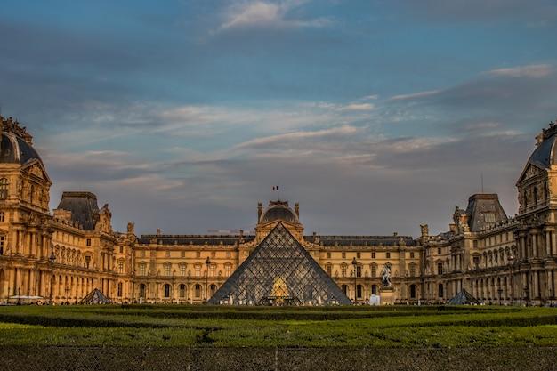 Der hof und die große pyramide des lamellenmuseums in paris, frankreich