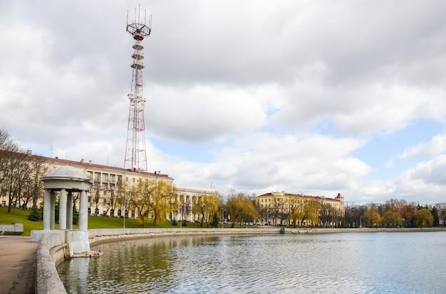 Der hohe fernsehturm in minsk. weißrussland.