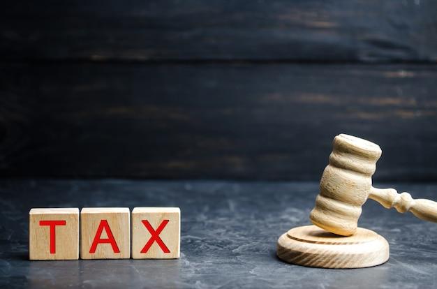 Der holzhammer des richters und die inschrift tax