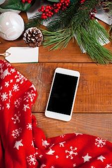 Der holztisch mit einem smartphone, draufsicht