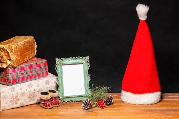 Der holztisch mit weihnachtsschmuck und geschenken. weihnachtskonzept