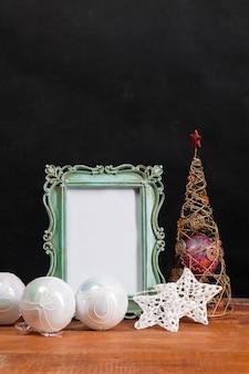 Der holztisch mit weihnachtsschmuck