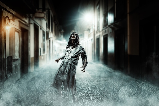 Der horrorzombie auf der straße. halloween.