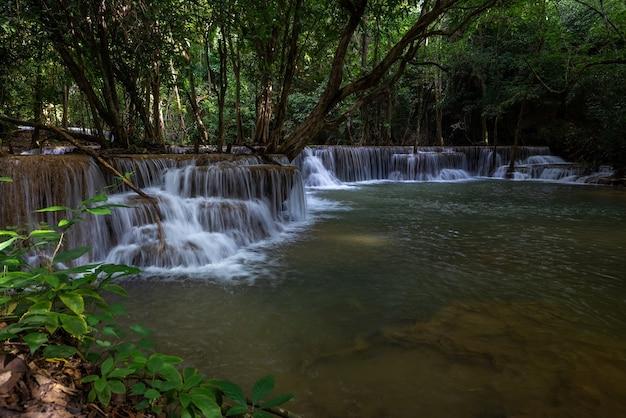Der hua mea khamin wasserfall hat tropische bäume, farne, die morgens am wasserfall wachsen